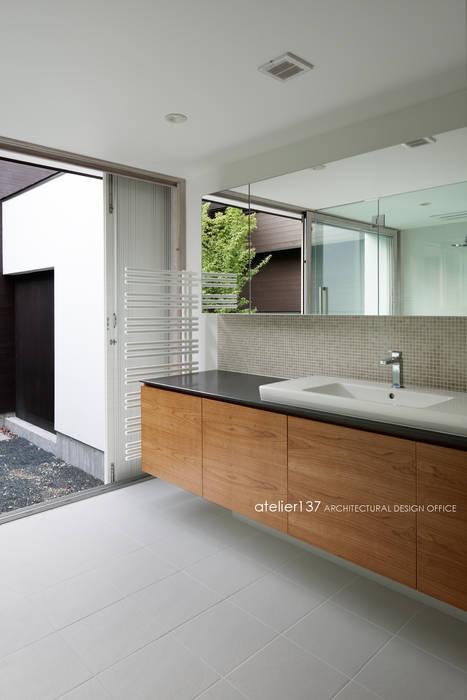洗面室~038那須Fさんの家 atelier137 ARCHITECTURAL DESIGN OFFICE モダンな スパ 木 木目調