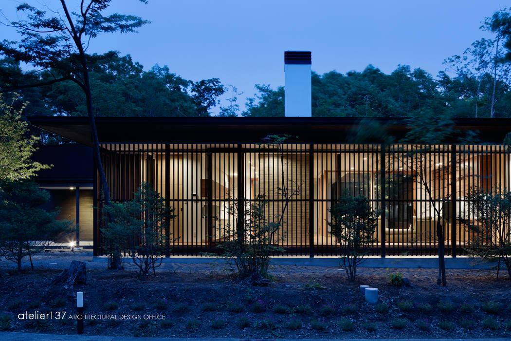 atelier137 ARCHITECTURAL DESIGN OFFICE Casas de estilo clásico Madera Marrón