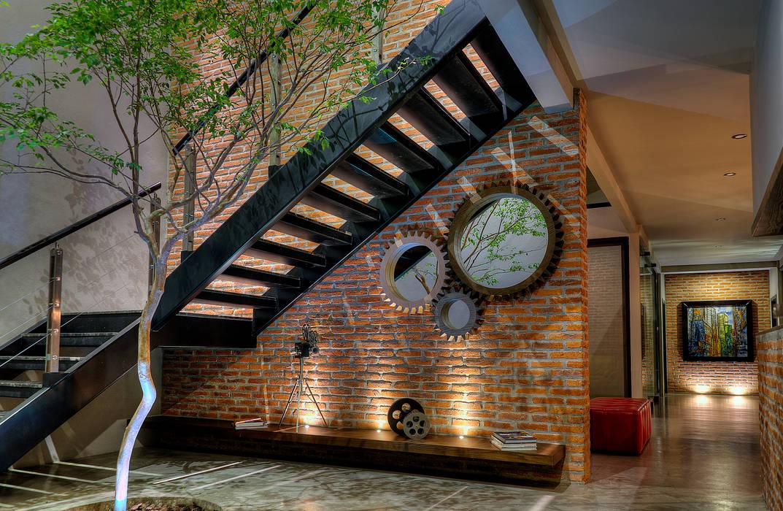 Casa Bosque: Pasillos y recibidores de estilo  por Con Contenedores S.A. de C.V.