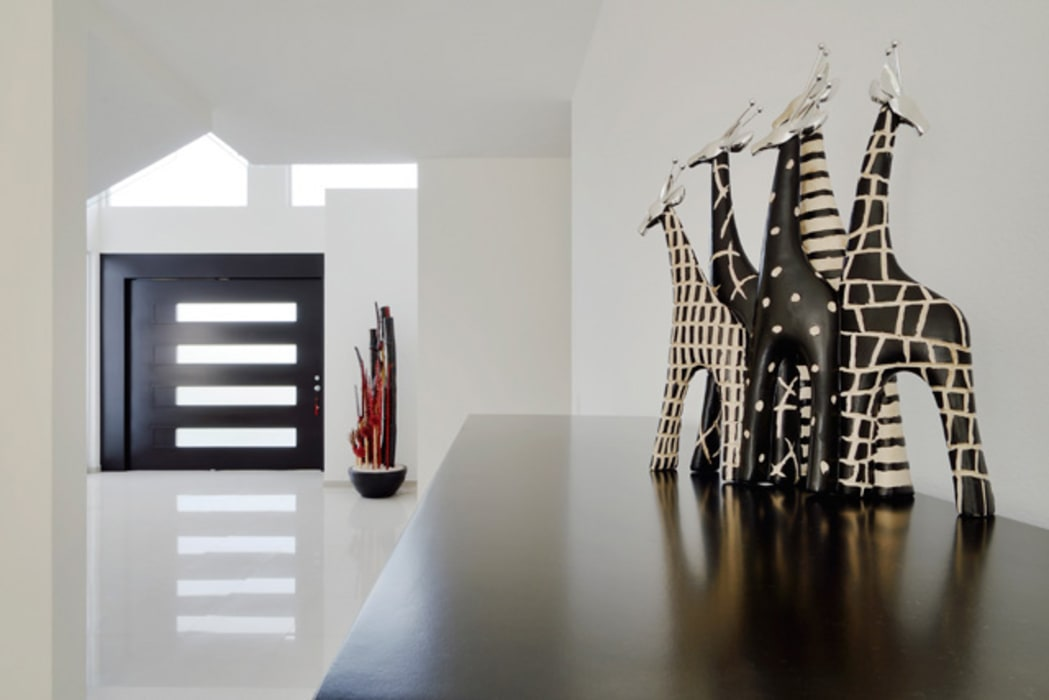 EL RECIBIDOR DE INGRESO: Pasillos y recibidores de estilo  por Excelencia en Diseño