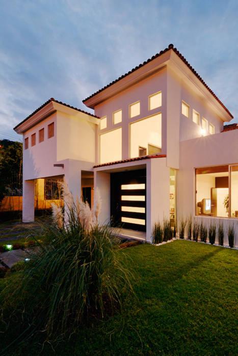FACHADA NOCTURNA Casas de estilo colonial de Excelencia en Diseño Colonial Hierro/Acero
