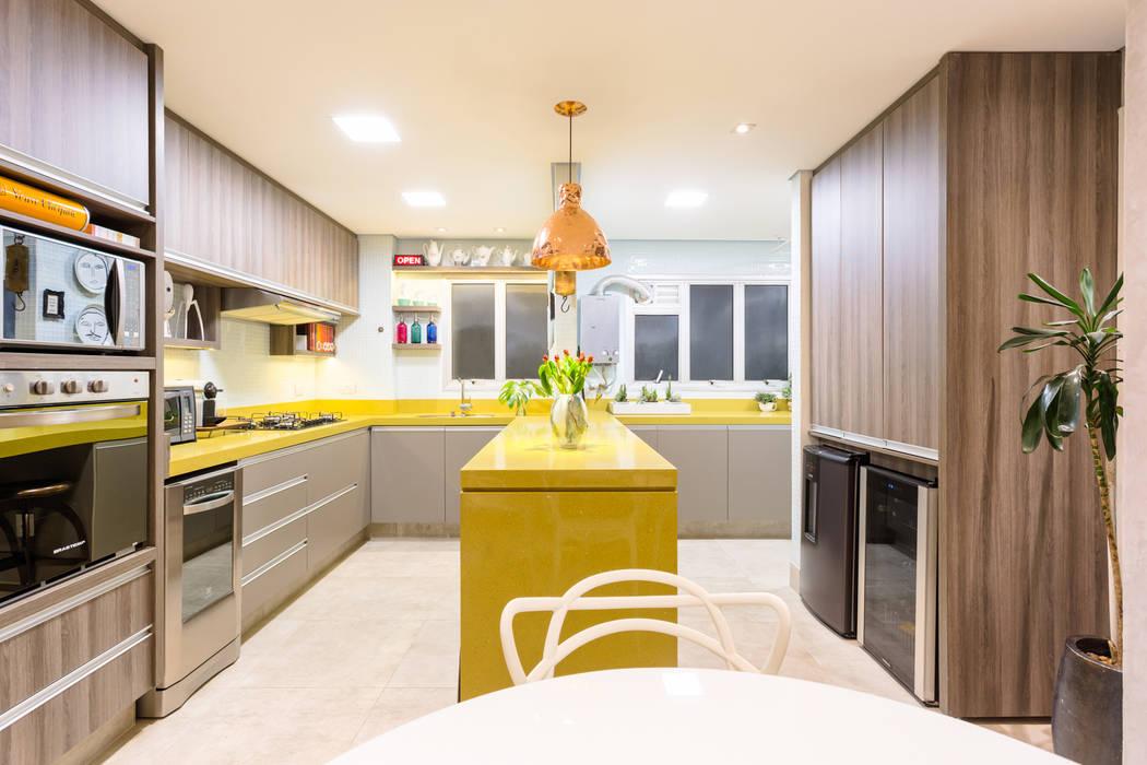 Bancada Contínua Integra Cozinha e Área de Serviço em Ambiente Único Cozinhas ecléticas por Motirõ Arquitetos Eclético Granito