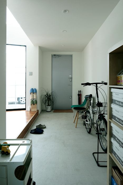 AtelierorB industrial style corridor, hallway & stairs Grey