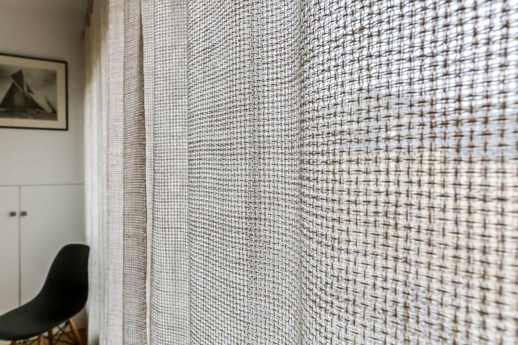 Une baie vitrée élégante: Salon de style de style Moderne par Decorexpat