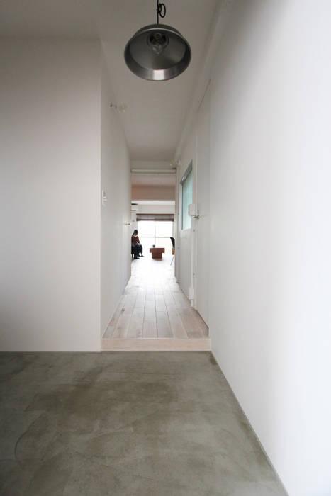 otokonoshiro Minimalist corridor, hallway & stairs by nuリノベーション Minimalist