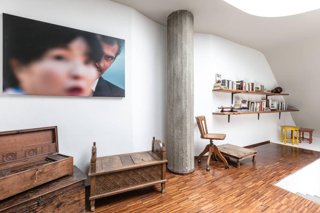 Couloir et hall d'entrée de style  par Architrek, Moderne