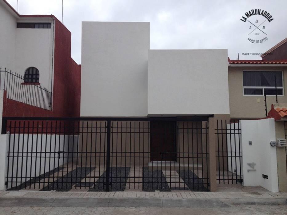 Maisons de style  par La Maquiladora / taller de ideas,