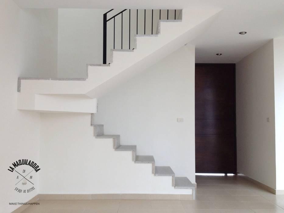 Minimalistischer Flur, Diele & Treppenhaus von La Maquiladora / taller de ideas Minimalistisch