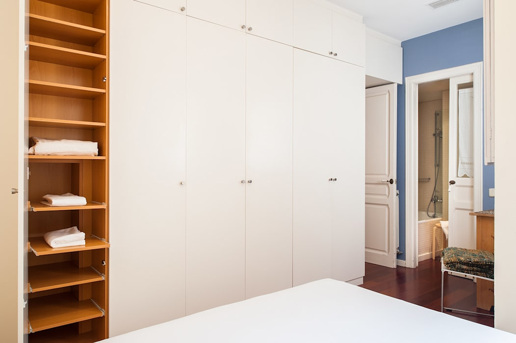 Gran armario a medida Closets de estilo moderno de Markham Stagers Moderno