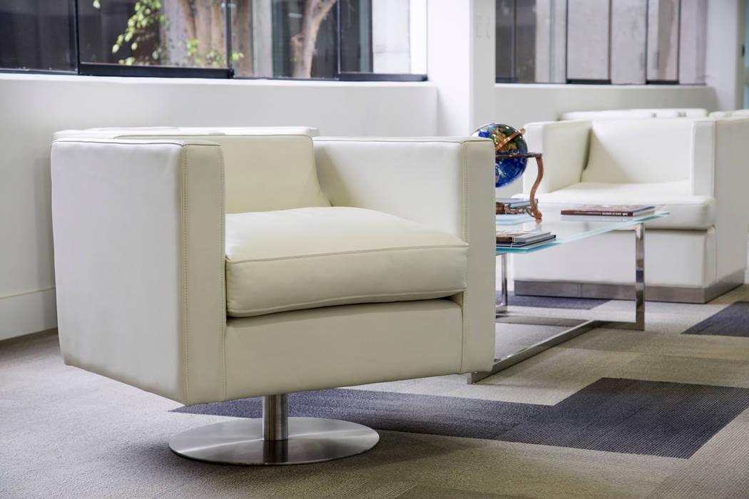 Sala de espera del directorio: Oficinas y Tiendas de estilo  por Carughi Studio