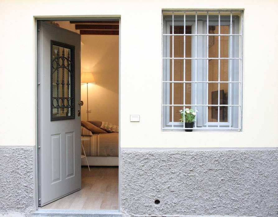 monolocale funzionale e piccolissimo: Ingresso & Corridoio in stile  di studio ferlazzo natoli