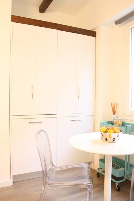 monolocale funzionale e piccolissimo: Cucina in stile in stile Eclettico di studio ferlazzo natoli