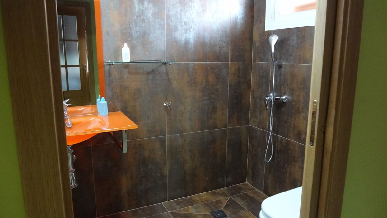 Cuarto de baño de cortesía, se reforma para adaptarlo a una persona con discapacidad motora:  de estilo  de Arquigestiona Reformas S.L.