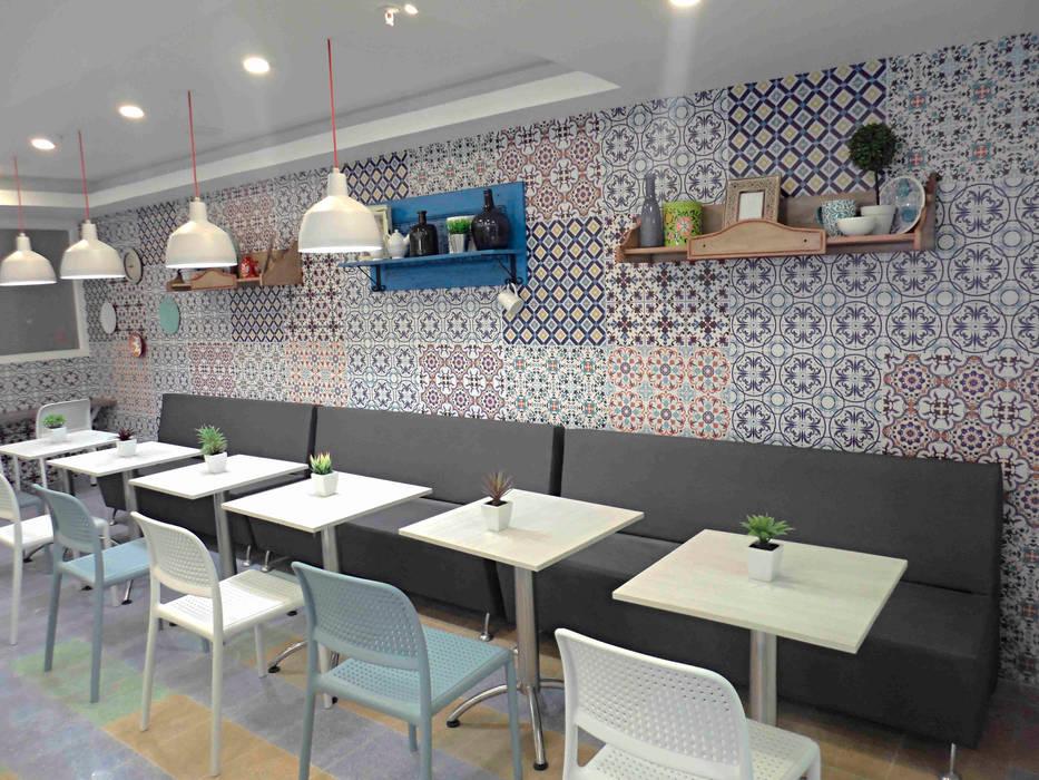 Mobiliario: Clínicas de estilo  por AV arquitectos