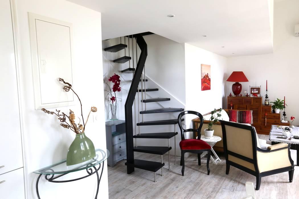 Escalier suspendu noir: Couloir et hall d'entrée de style  par Passion Escaliers