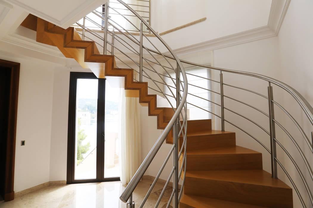 Escalier marches et contremarches: Couloir et hall d'entrée de style  par Passion Escaliers