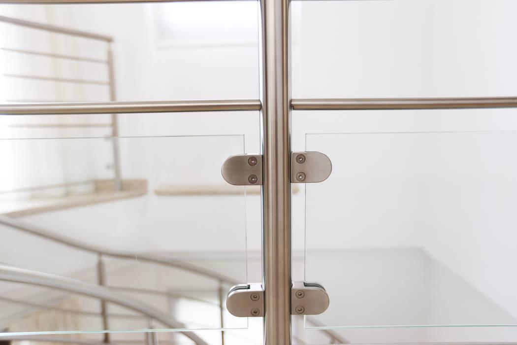 Garde-corps inox et verre: Couloir et hall d'entrée de style  par Passion Escaliers