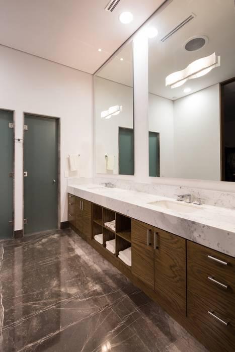 Baño de mármol y madera Baños minimalistas de URBN Minimalista