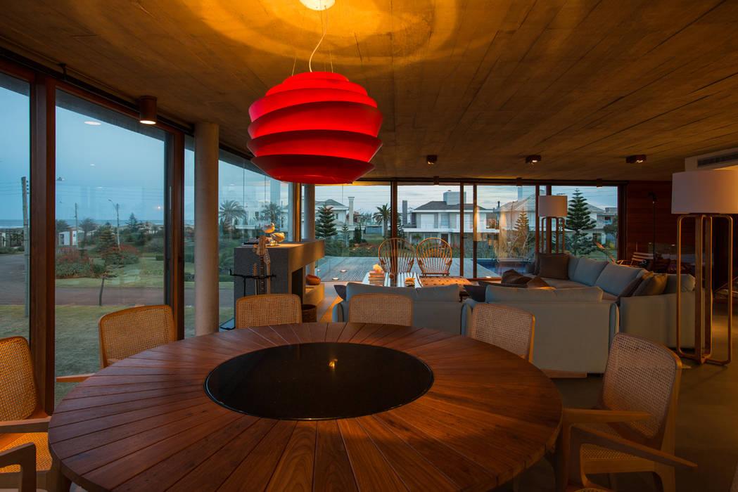 Casa La Plage Salas de jantar modernas por Stemmer Rodrigues Moderno