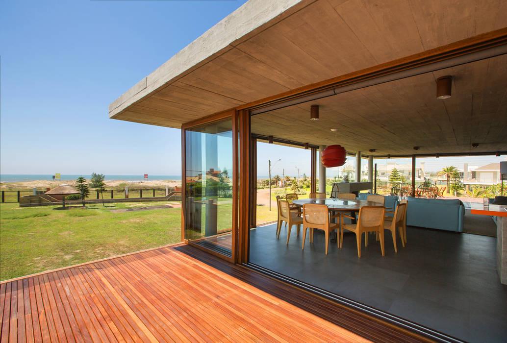 Casa La Plage Varandas, alpendres e terraços modernos por Stemmer Rodrigues Moderno