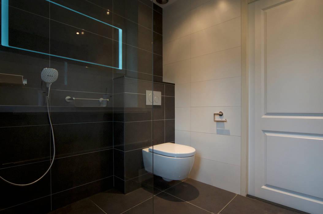 Ванные комнаты в . Автор – AGZ badkamers en sanitair, Кантри Плитка