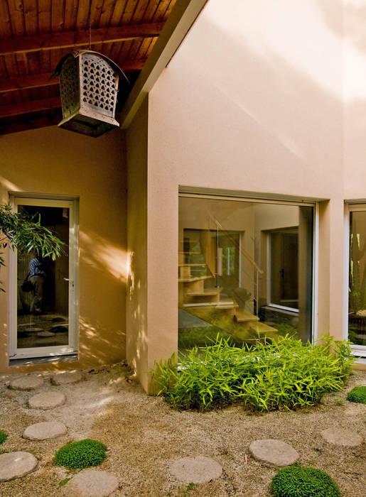 Asian style corridor, hallway & stairs by Pierre Bernard Création Asian