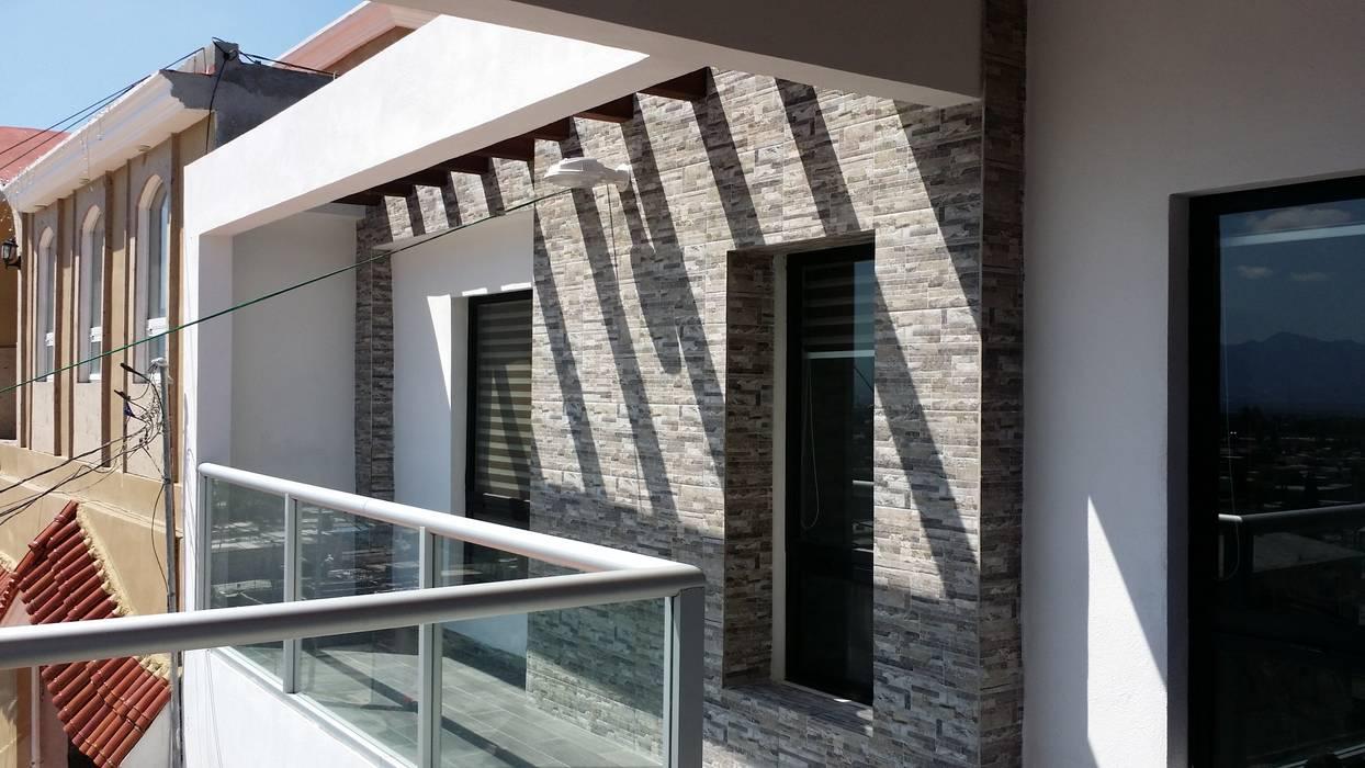 Luz y sombra Balcones y terrazas de estilo moderno de Laboratorio Mexicano de Arquitectura Moderno Cerámico