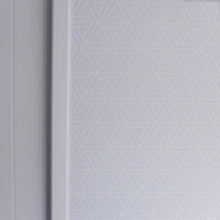 Un papier peint à motif exagonal.: Murs de style  par Skéa Designer