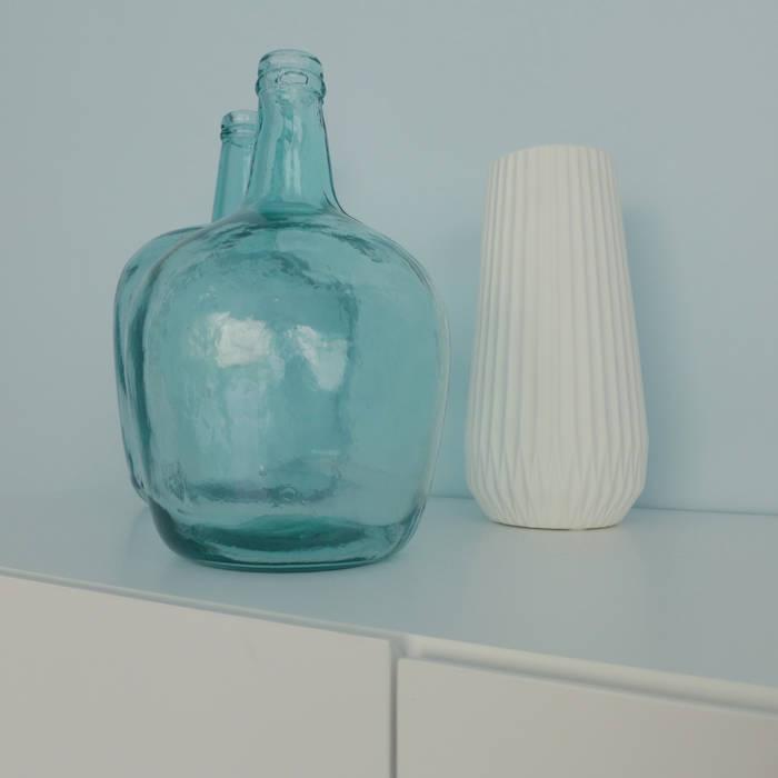 Des vases blancs et bleus.: Salle à manger de style de style Scandinave par Skéa Designer