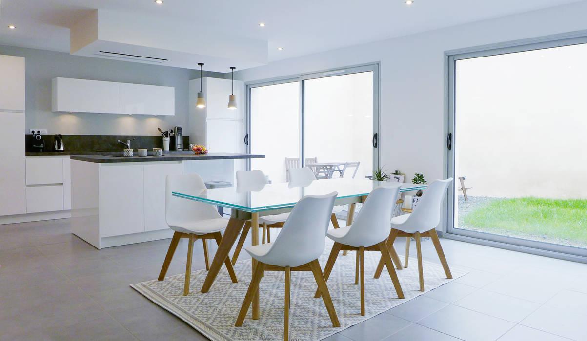 Une salle à manger lumineuse.: Salle à manger de style de style Scandinave par Skéa Designer