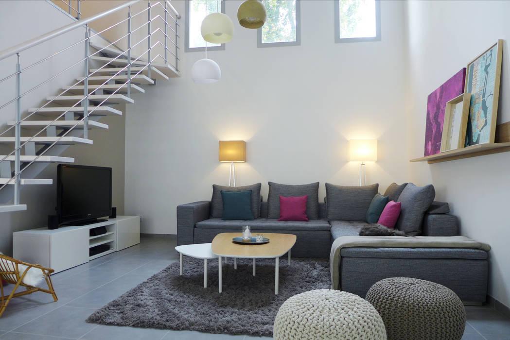Un salon avec une belle hauteur sous plafond.: Salon de style  par Skéa Designer
