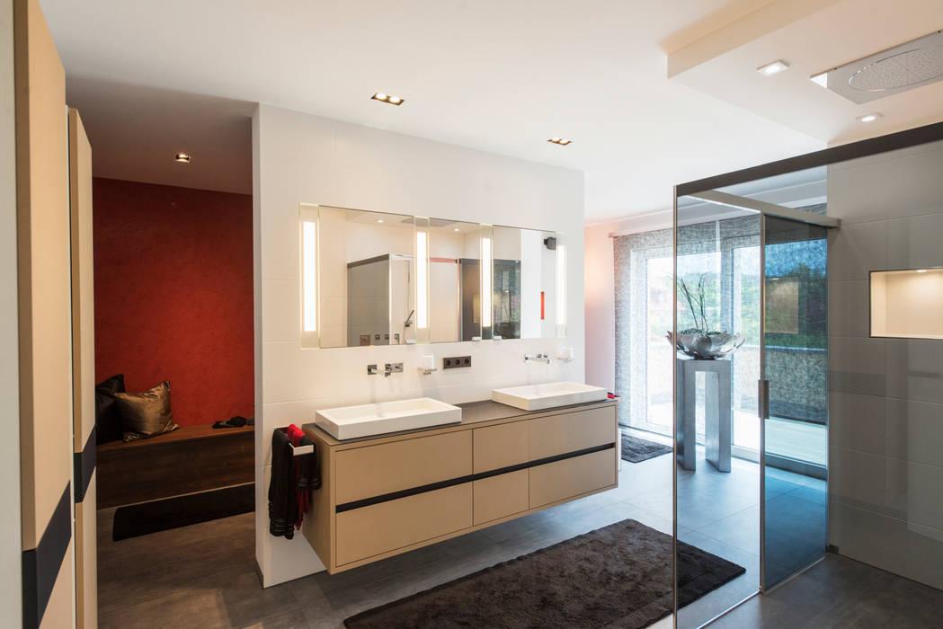 Repräsentative villa moderne badezimmer von träume - ideen ...