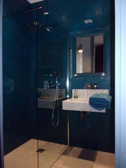 douche à l'italienne en béton ciré Mercadier: Salle de bains de style  par A Fleur de Chaux