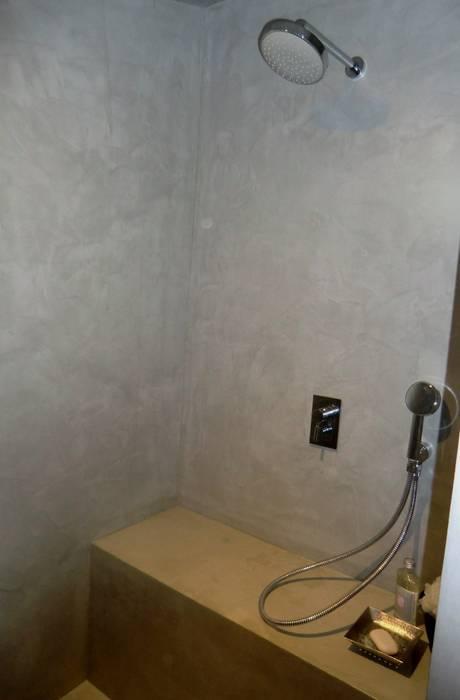 douche en béton ciré Marius Aurenti: Salle de bains de style  par A Fleur de Chaux
