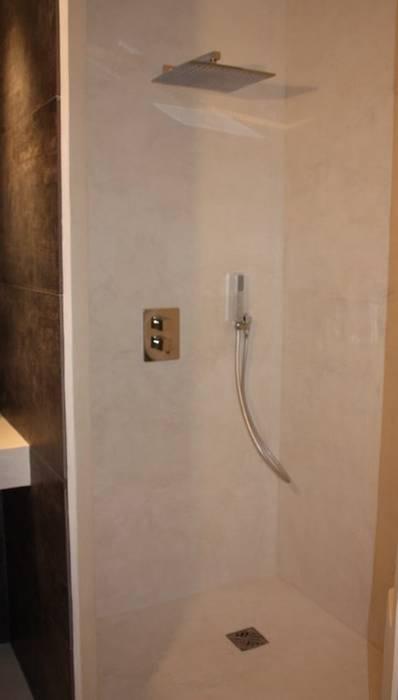 douche à l'italienne en béton ciré Marius Aurenti: Salle de bains de style  par A Fleur de Chaux