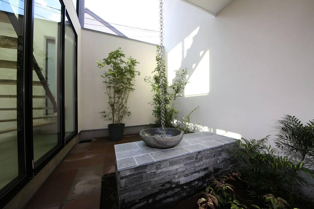 デザインされた坪庭 TERAJIMA ARCHITECTS/テラジマアーキテクツ モダンな庭
