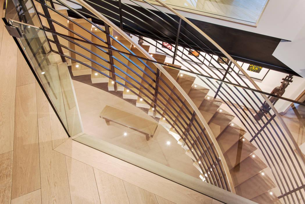Couloir, entrée, escaliers modernes par EeStairs   Stairs and balustrades Moderne Bois Effet bois