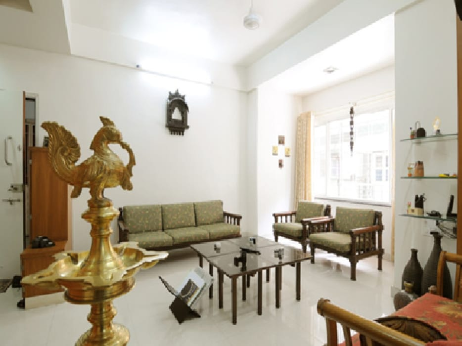 Traditional Seating Area :  Living room by Nishtha interior
