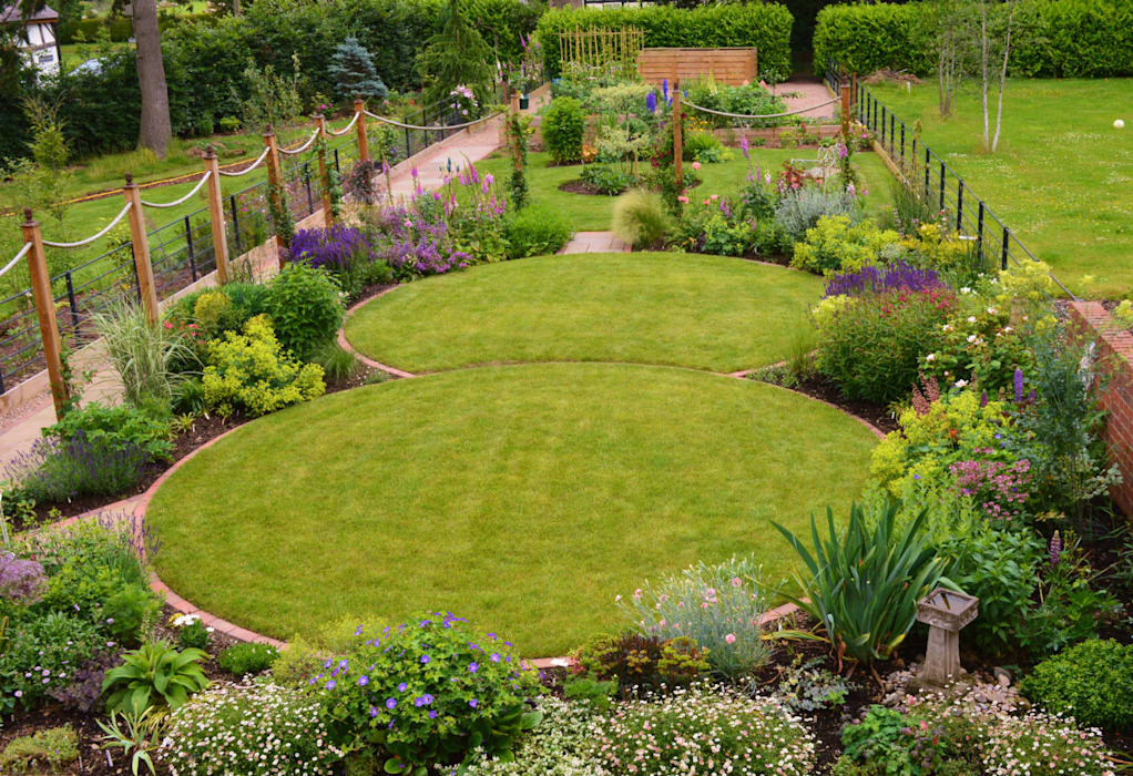 Circular lawns and traditional planting scheme โดย Unique Landscapes คันทรี่