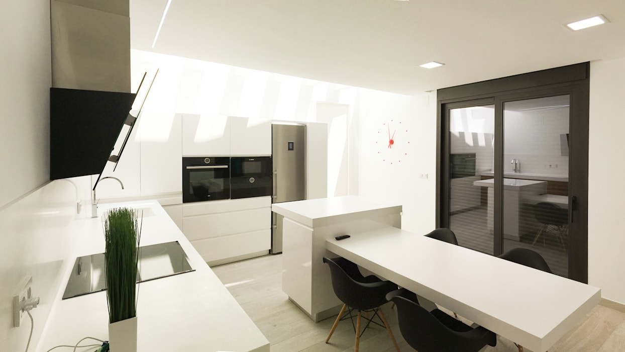 Modern style kitchen by arqubo arquitectos Modern Wood-Plastic Composite