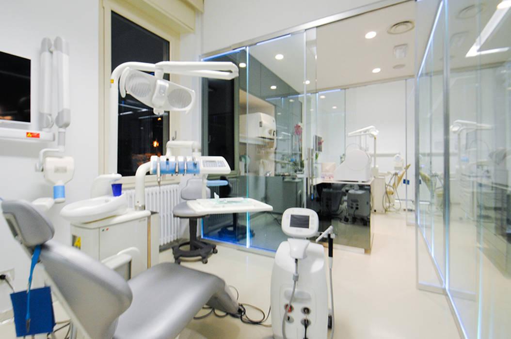 MCArc Laser CLinic Iaria Ristrutturazione e Interior design: Cliniche in stile  di MCArc Laboratorio di architettura sostenibile