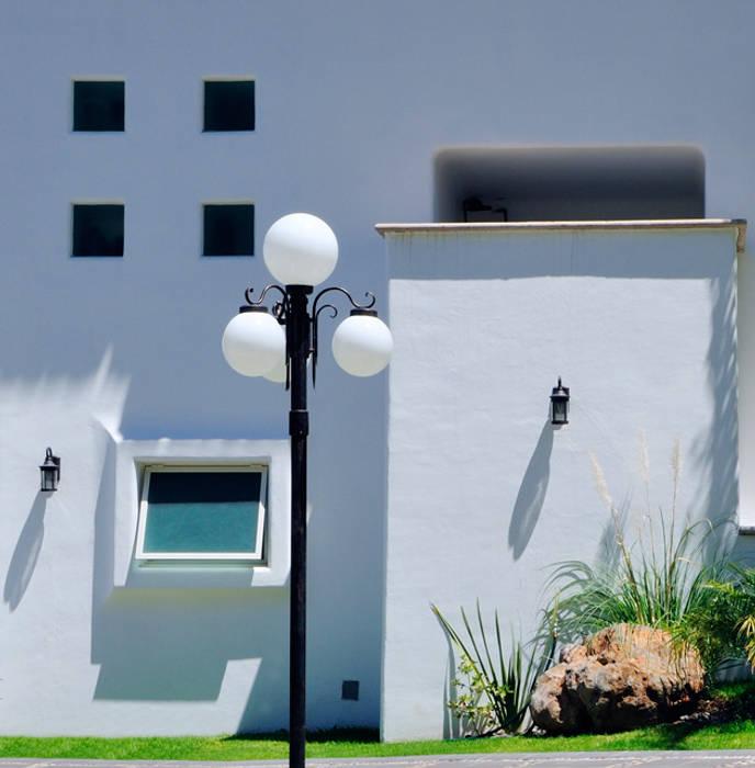 fachada: Terrazas de estilo  por Excelencia en Diseño