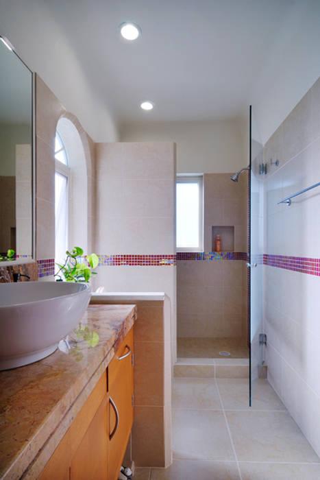 el baño Baños de estilo colonial de Excelencia en Diseño Colonial Granito