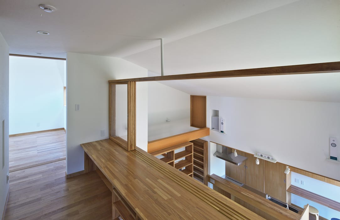 吹抜に面した書斎カウンター かんばら設計室 オリジナルデザインの 書斎