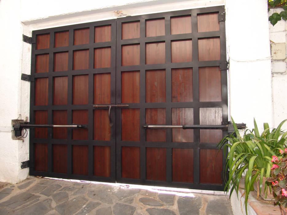 Portón de cochera rústico Puertas y ventanas de estilo rústico de homify Rústico