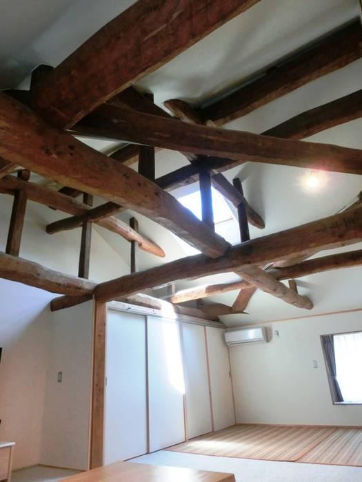 Bedroom by 氏原求建築設計工房, Classic Wood Wood effect