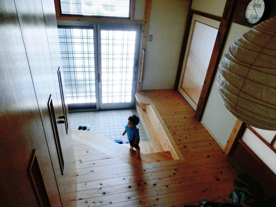 經典風格的走廊,走廊和樓梯 根據 氏原求建築設計工房 古典風
