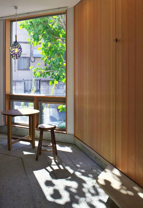 Couloir, entrée, escaliers originaux par かんばら設計室 Éclectique