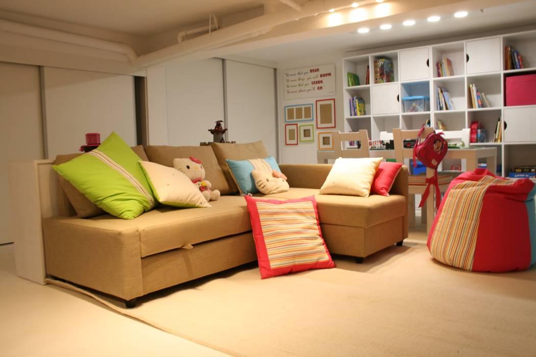 Espaço de Brincar Salas de estar ecléticas por Oficina Rústica Eclético Madeira maciça Multicolor