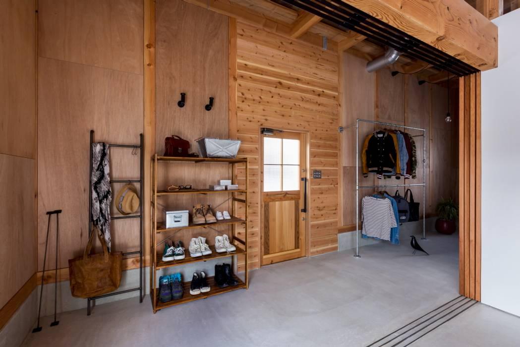 ishibe house: ALTS DESIGN OFFICEが手掛けた廊下 & 玄関です。,ラスティック 木 木目調